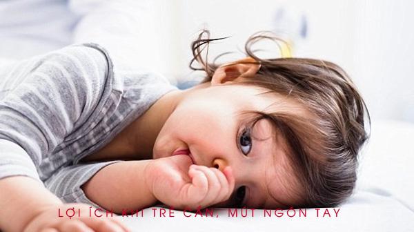 Các bậc cha mẹ không nên quá lo khi con trẻ cắn, mút ngón tay. Ảnh: Alarmy.